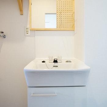 洗面台は鏡の横に有孔ボードを!