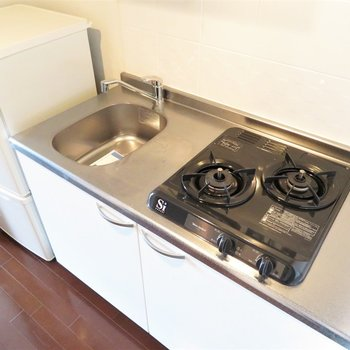 2口コンロのシステムキッチンです。(※写真は12階の同間取り別部屋のものです)