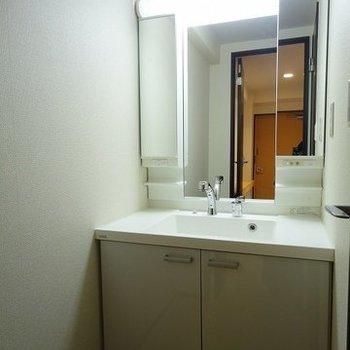 三面鏡の独立洗面台!※写真は303号室