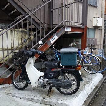 外階段そばに駐輪場ですね