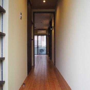 玄関から。外の明かりが入ると壁が白っぽく見えます