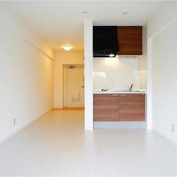 とってもシンプルな広い空間です!※写真は705号室。キッチン向きが異なります。