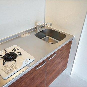 キッチンは1口ガスでもゆったり◎※写真は705号室。キッチン向きが異なります。