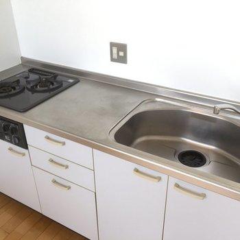 キッチンはゆったり※写真は6階の同間取り別部屋です。