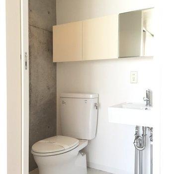 トイレの頭上に収納あります。※写真は6階の同間取り別部屋です。