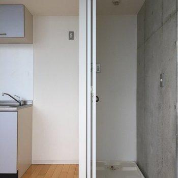 洗濯機は隠せるタイプ。※写真は6階の同間取り別部屋です。