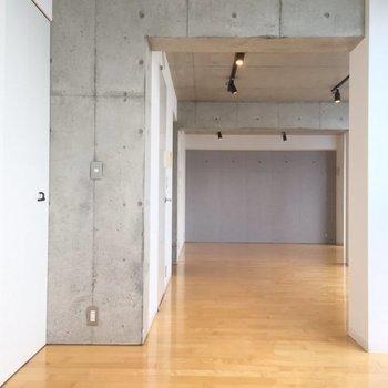 コンクリートの梁が奥行きを強調しています!※写真は6階の同間取り別部屋です。