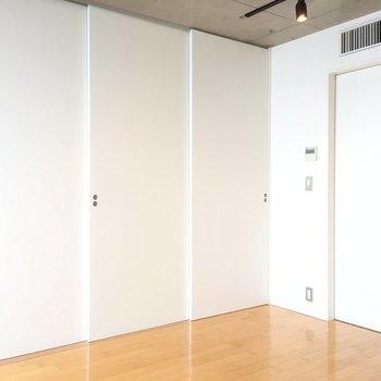 引き戸で仕切れます。※写真は6階の同間取り別部屋です。