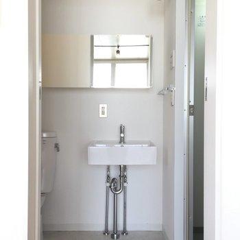 コンパクトな洗面台。※写真は6階の同間取り別部屋です。