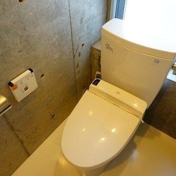 トイレは窓つきウォシュレット♪※写真は別部屋です
