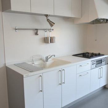 3口コンロのキッチン!ステンレスのかわいい小物入れもついています。(※写真は前回募集時のものです)