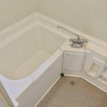 お風呂には窓付き。サーモ水栓で温度調節簡単です。