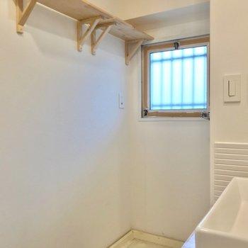 洗濯機上の棚も木でできています。おしゃれなボトルの洗剤置きたい!