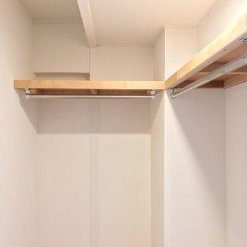 棚とハンガーポールはL字に。 鞄などの収納もしっかりできますよ!