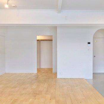 玄関側を向くと、長方形に切り取られたスペースが出現。