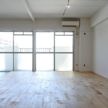 どどどどかーんと3部屋つなげました。ソファもダイニングテーブルも余裕でおけるサイズ。(※写真は前回募集時のものです)