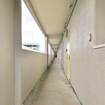 共用廊下も綺麗にされていました。玄関扉はイエローで元気が出ます♪