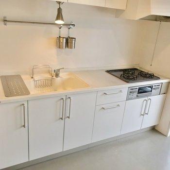 白いキッチンは清潔感たっぷり! 3口コンロにグリル付きで使いやすさも言わずもがな。