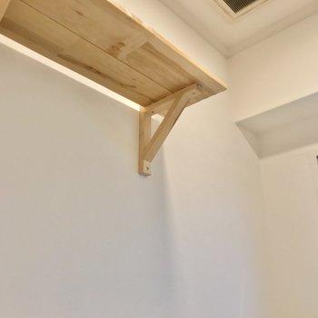 この上にも木の棚。トイレットペーパーを置いておくだけで、おしゃれに見えます!