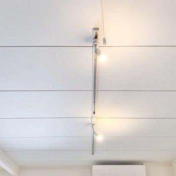 天井にはライティングレール。 ドライフラワーを吊り下げてもきっと絵になる♪