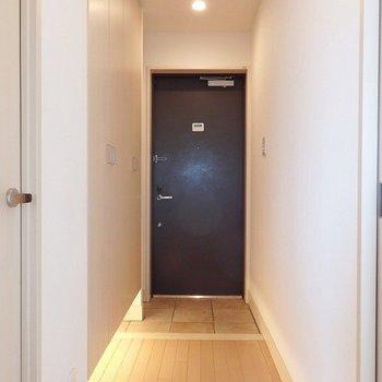 玄関は間接照明で落ち着いた雰囲気。※写真は別部屋