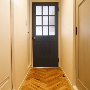 玄関を開ければ、素敵なドアがお出迎え。