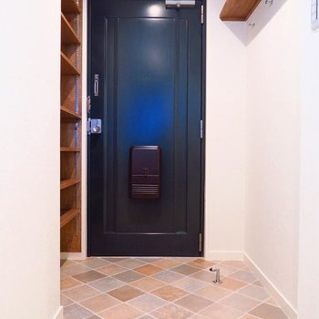 玄関も広々!右の壁には鍵やコートを掛けたりしましょう。
