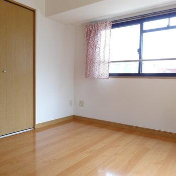 奥の洋室は寝室に最適。