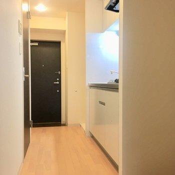 キッチンは廊下にあります。横に冷蔵庫が置けますよ。