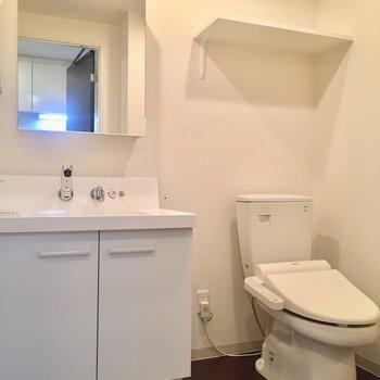 脱衣所です。トイレの上にも棚があったりと、収納はたっぷり。