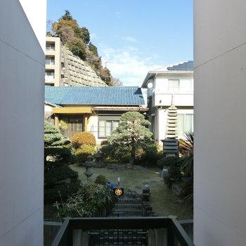 共用部から庭を眺める