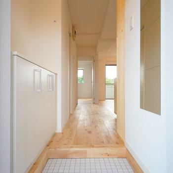 ゆったり玄関、白タイルが映えます※写真は前回募集時のものです