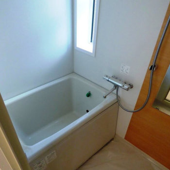 お風呂は窓付き。※写真は前回募集時のものです