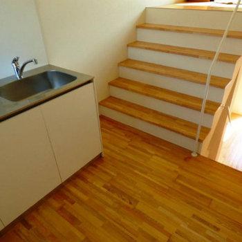 階段を登ります。※写真は前回募集時のものです