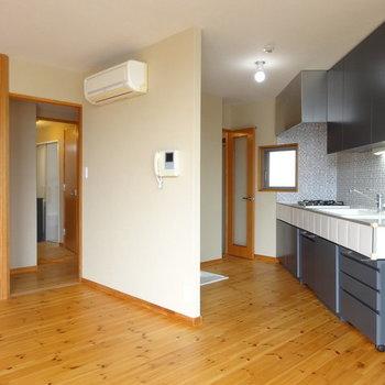 キッチンは向こう側※写真は別部屋のお写真です