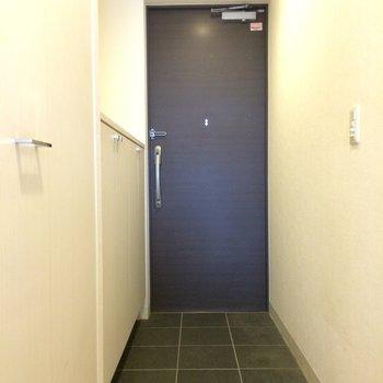 ブルーグリーンの玄関※写真は4階の似た間取りの別部屋のものです