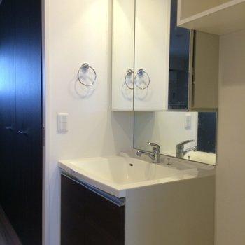 洋室とリビングの間に洗面台※写真は4階の似た間取りの別部屋のものです