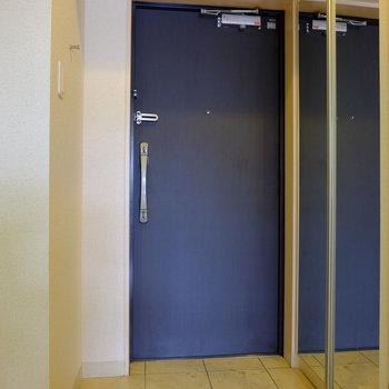 大容量のシューズボックス完備の玄関(※写真は6階の同間取り別部屋のものです)