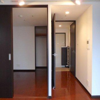 左が洋室、右が玄関への通路。