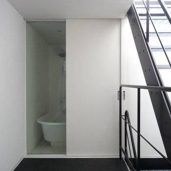 バスルームはガラス張り!