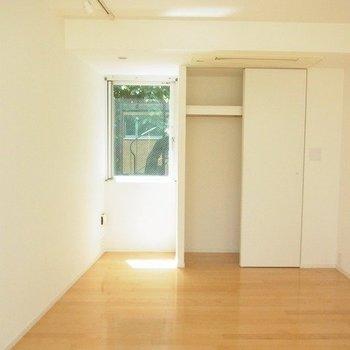 たくさんの光が差し込む3階 ※写真は別部屋