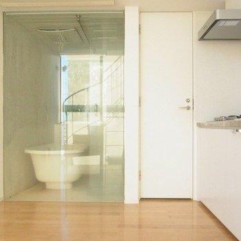 ガラス扉がおしゃれなバスルーム ※写真は別部屋