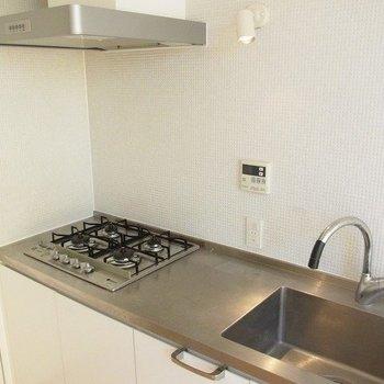 手際よく本格的な料理ができそうな嬉しいキッチン! ※写真は別部屋