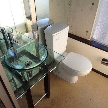 独立洗面台とトイレ。裏の壁は大きな鏡になっています※写真は別部屋