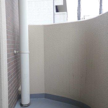 バルコニーはちょっと狭め。(※写真は2階の同間取り別部屋のものです)