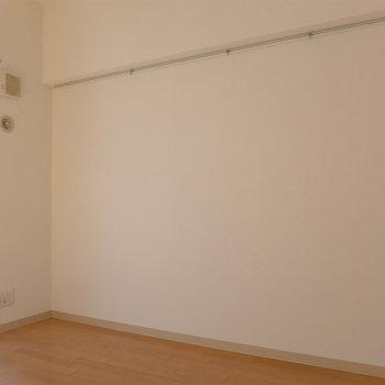 壁には帽子や、絵画をかけてもお洒落!(※写真は2階の反転間取り別部屋のものです)