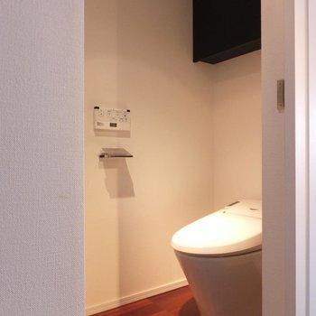 収納かと思って開けたらトイレ。スマートです。*写真は別部屋です