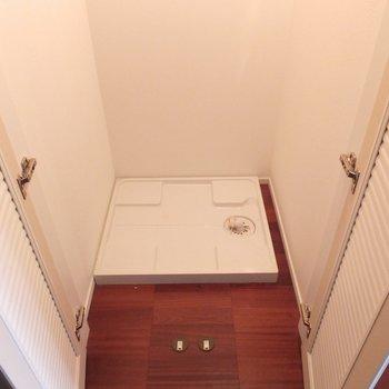 玄関横に洗濯機置場。*写真は別部屋です
