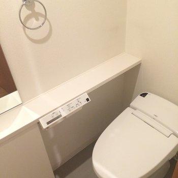 手洗いカウンターつきのトイレです