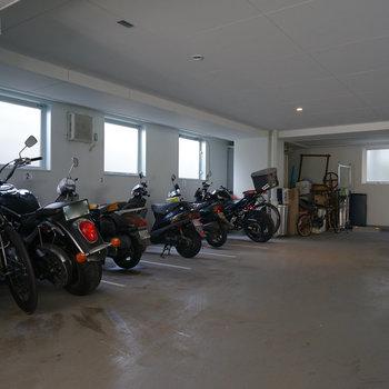 横に駐輪場とバイク置き場!